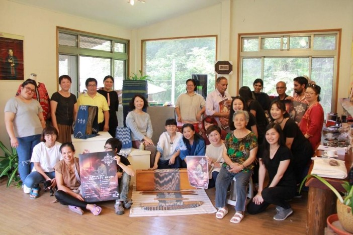 Teachers' Community members and student assistants who participated the Indian Double Ikat workshop with an indigenous community in Miaoli (9 October 2017)
